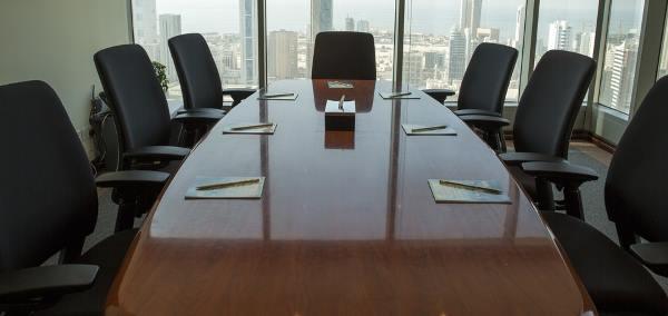 Sièges dans une salle de réunion